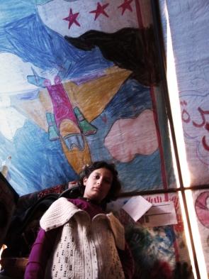 """Una bimba nella """"tenda delle vedove"""" al campo profughi di Bab-al-Salam (Siria)."""