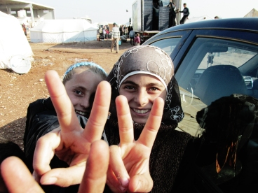 """Bimbe fuori dalla """"tenda delle vedove"""" al campo profughi di Bab-al-Salam (Siria)."""