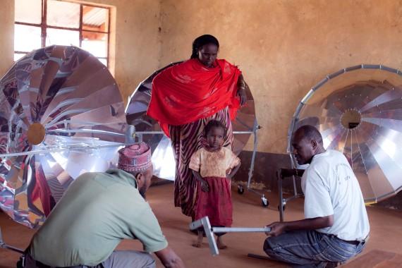 Gli abitanti del Karibu Village impegnati nella costruzione delle cucine solari