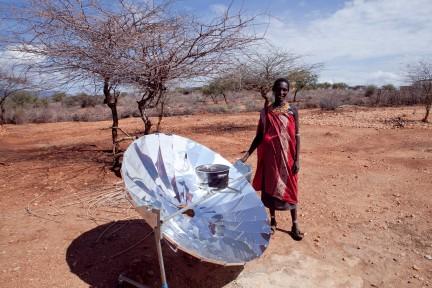 Donna Samburu cucina con il concentratore solare - Barsaloi